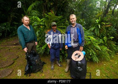 Deux photographes et guide de serpent (centre) de Omar Torrijos National Park, province de Cocle, République du Panama. Banque D'Images