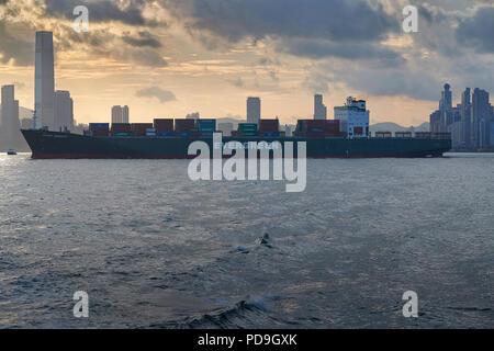 4b99c368b76c49 Evergreen Container Ship, jamais de friandises, traversant le port de  Victoria, vedette de