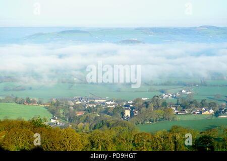 Matin brumeux sur village de Musbury et ax vallée dans l'est du Devon AONB (Région de beauté naturelle exceptionnelle) Banque D'Images
