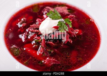 Bol blanc traditionnel de soupe de légumes ou le bortsch ukrainien soupe de betteraves à la crème. Banque D'Images