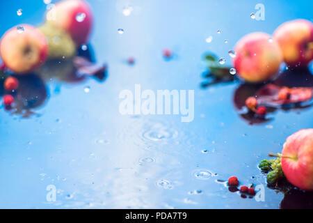 Pluie d'automne cadre avec copie espace. Unfocused les pommes avec les gouttes d'eau et de la place pour le texte. Produits frais et aéré concept la récolte d'automne Banque D'Images