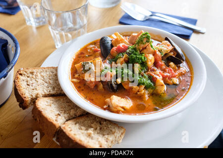 Ragoût de poisson café au Café Poisson dans Tobermory, Isle of Mull, Scotland, contenant l'aiglefin, le saumon, l'aiglefin fumé, queenies et moules dans une tomate riche sa Banque D'Images