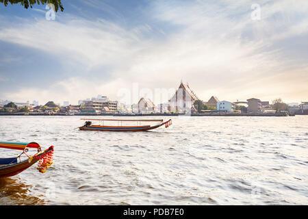 Thaï traditionnel en bateau longue queue près de la rivière Chao Phraya Wat Arun au coucher du soleil à Bangkok, Thaïlande Banque D'Images