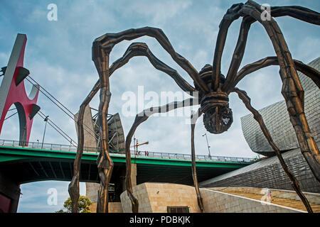 'Maman'un en bronze conçue par Louise Bourgeois et pont de La Salve (Puente de La Salve), à côté du Musée Guggenheim, Bilbao, Espagne Banque D'Images