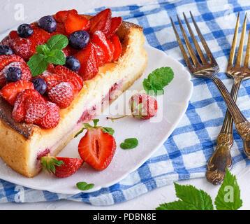 Cheesecake fait de fromage blanc et de fraises fraîches sur une plaque en céramique blanche, Close up Banque D'Images