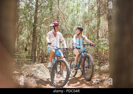 Père et fille vtt sur le sentier dans les bois Banque D'Images