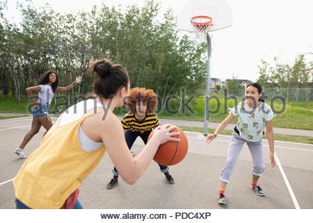 Teenage girl Amis jouant au basket-ball Basket-ball park Banque D'Images