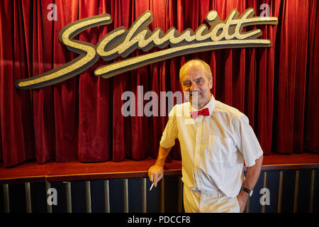 08 août 2018, l'Allemagne, Hambourg: Corny Littmann, directeur associé de l'Théâtre Schmidt, est sur le point de démarrer le show d'anniversaire dans le foyer de la Schmidt Théâtre. Le théâtre à la Reeperbahn célèbre son 30e anniversaire. Photo: Georg Wendt/dpa Banque D'Images