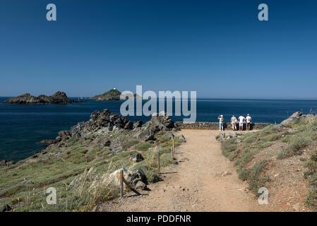 Les visiteurs à la fin de la voie pavée sur la pointe de la Parata, ( point de Parata ) sur la corse vers une chaîne de petites îles, l'Archipel des Sangui Banque D'Images