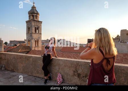 Les touristes prendre des photos d'un ami dans la vieille ville de Dubrovnik avec son smartphone Banque D'Images