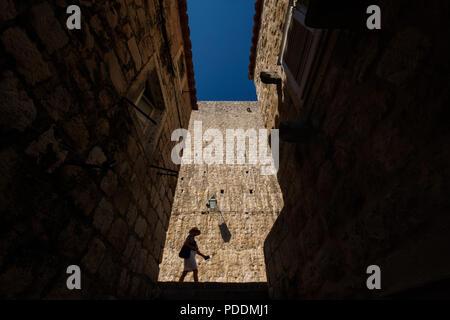 Silhouette d'une marche touristique en face de la ville médiévale de Dubrovnik, Croatie, Europe Banque D'Images