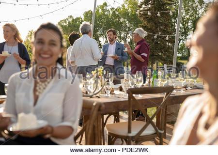 Les amis manger un gâteau et de parler, la célébration de sunny garden party Banque D'Images