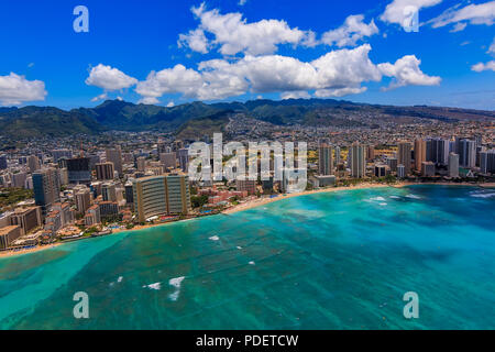 Vue aérienne de la plage de Waikiki à Honolulu, Hawaii d'un hélicoptère Banque D'Images