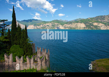 Vue depuis le Château Scaliger sur le lac de Garde, de la vieille ville de Malcesine, province de Vérone, Lac de Garde, Lombardie, Italie Banque D'Images