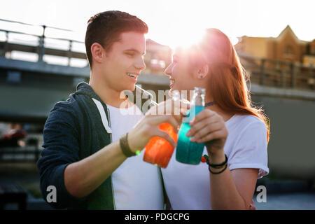 En plus, les gens joyeux jouissant de leurs boissons si délicieux. Banque D'Images
