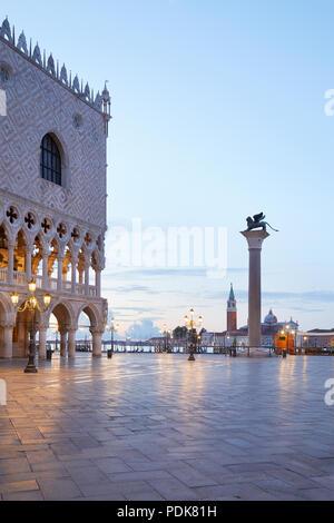 La place San Marco avec colonne avec lion ailé et palais des Doges, personne n'en début de matinée à Venise, Italie