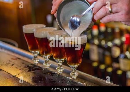 San Francisco, USA - 2 mai, 2014 boissons: Café irlandais est effectuée sur le comptoir du bar dans le célèbre Buena Vista café où il a été inventé, près de la poe Banque D'Images