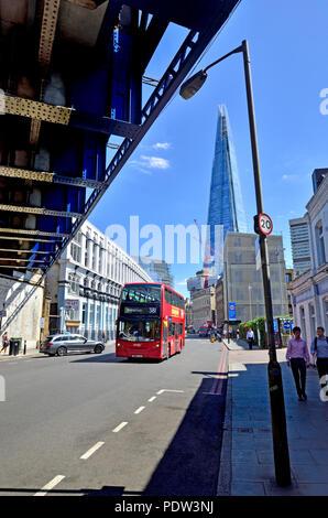 Londres, Angleterre, Royaume-Uni. Le Shard vu de sous un pont ferroviaire à Southwark Street Banque D'Images