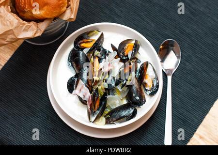 Moules aux oignons et lardons à la crème en plaque profonde