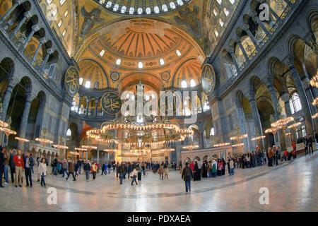 ISTANBUL, TURQUIE - le 28 mars 2012: les touristes à l'intérieur de la cathédrale Sainte-Sophie. Banque D'Images