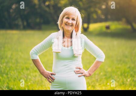 Portrait of senior woman standing sportive dans la nature.Image est volontairement tonique. Banque D'Images