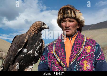 Un eagle hunter avec son aigle doré à Bayan-Olgii, la Mongolie. Banque D'Images