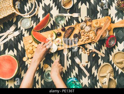 Déjeuner avec des collations et des mains de womans fromage brie Banque D'Images