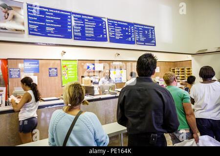 Miami Beach Florida Avenue Washington US Post Office employee job homme noir femmes hommes clients en ligne attendre patience mai d'affranchissement Banque D'Images
