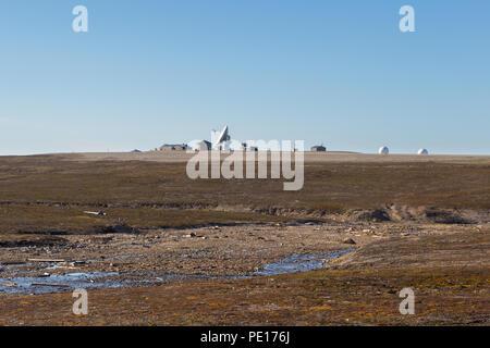 Antenne satellite à Ny Alesund, Svalbard, Spitzberg, ciel bleu, paysage naturel