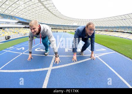 Usage éditorial uniquement. Deux hommes en tenant prêt à la position de départ sur une piste de l'Olympic National Sports Complex stadium. 16 mars, 2018. Kiev, Ukraine Banque D'Images