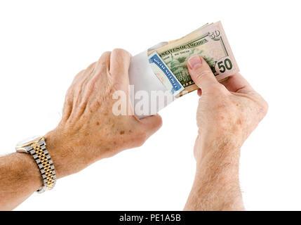 L'origine ethnique caucasienne mains mettre cinquante dollars dans une enveloppe Banque D'Images