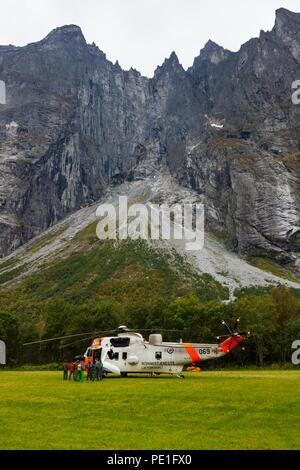 Hélicoptère de sauvetage Sea King de l'armée de l'air norvégienne sur le terrain dans la vallée de Romsdalen durant la formation en sauvetage en 2016, Møre og Romsdal (Norvège). Banque D'Images