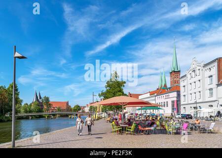 Café avec terrasse sur les rives de la rivière Trave, Lubeck, Schleswig-Holstein, Allemagne Banque D'Images