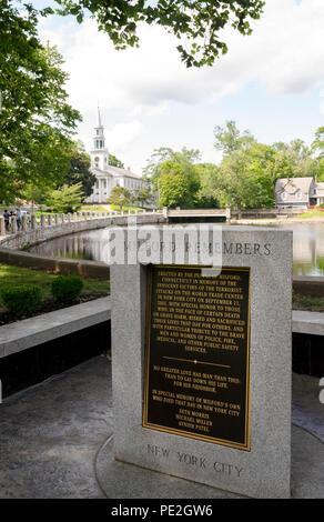 L'un des nombreux monuments américain honorant les victimes de l'infâme 11e Septembre 2001 dans des attentats terroristes est-ce trois-verso dalle de granit dans la Nouvelle Angleterre ville de Milford, Connecticut, USA. Chaque côté est titulaire d'une plaque de bronze en décrivant l'un des trois endroits où les avions à réaction de passagers s'est écrasé dans les attentats: le World Trade Center à New York, le Pentagone à Washington et le champ en Pennsylvanie. Cette plaque commémore trois anciens résidents Milford qui est mort quand les tours jumelles se sont effondrées, à New York. Banque D'Images