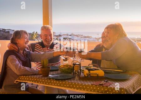 Beau groupe de personnes adultes de race blanche dans le bonheur d'un séjour ensemble pour le dîner en plein air la terrasse. L'amour et l'amitié concept avec vue incroyable. v Banque D'Images