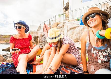 Groupe de jeunes femmes de race blanche joyeux heureux dans l'activité de loisirs de plein air ensemble près de la plage et de la mer. Locations et le bonheur l'amitié conce Banque D'Images