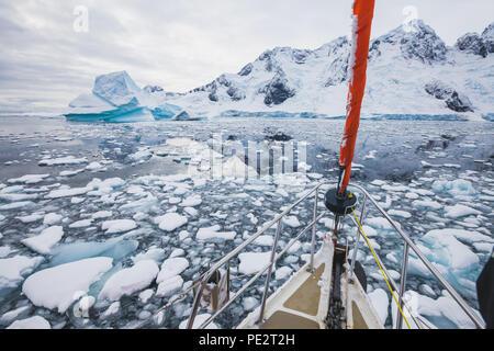 Bateau à voile en Antarctique, location de la navigation à travers les icebergs et de la glace de mer Banque D'Images