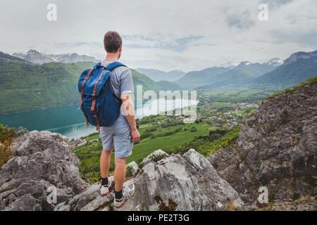 Randonnées en montagne, l'été en plein air Concept de réalisation, activité de loisirs, randonneur avec sac à dos en profitant de la vue de la vallée et le lac Banque D'Images