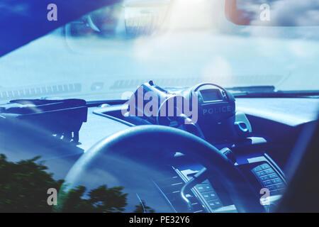 Radar de la police à l'intérieur de voiture de police. Patrol surveille le trafic sur une autoroute ou sur les routes de district municipal. Vitesse moderne au piège d'une route. Policiers Banque D'Images