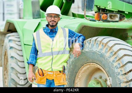 Ingénieur détendue près de machine lourde Banque D'Images
