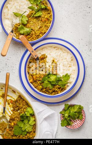 Curry de lentilles avec du riz, la cuisine indienne, dal tarka, fond blanc. La nourriture végétalienne. Concept de l'alimentation propre. Banque D'Images