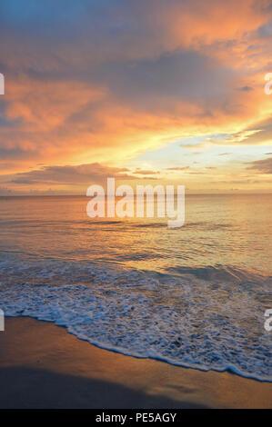 Spectaculaire Coucher de soleil Vue de la plage sur l'île de Sanibel, Florida, USA Banque D'Images