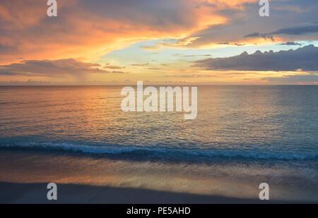 Magnifique Coucher du soleil sur la plage de l'île de Sanibel Banque D'Images