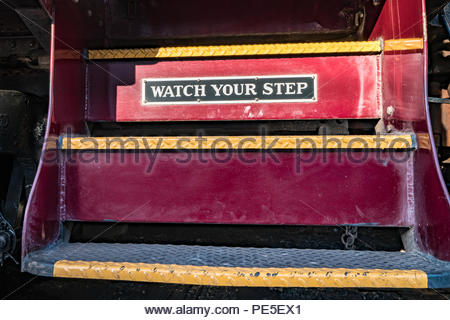 Vintage train rouge étapes avec Watch your step signe. Banque D'Images