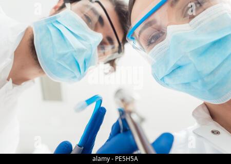 Funny dentistes avec leur point de vue d'outils Banque D'Images