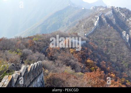 De Pékin, Pékin, Chine. Août 13, 2018. Beijing, Chine-Jiankou Great Wall est considérée par certains comme la plus pittoresque de Great Wall et est un bon exemple de ''La Grande Muraille''. Il est devenu l'un des hotspot photographique et randonnées destination au cours des derniers jours. Jiankou est traduit comme ''arrow nock'' en anglais, puisque la forme des montagnes où le walll a été construit est comme une flèche avec l'collpased ridge ouverture comme sa flèche nock. La section principale du mur a été construite le long des crêtes de falaises abruptes de chaque côté. Par conséquent, vous devez vous préparer pour une bonne condition physique et du g Banque D'Images