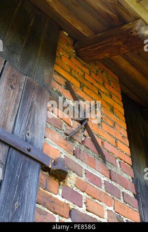Charnières de porte sur ancienne grange sur une exploitation agricole en Pologne Banque D'Images