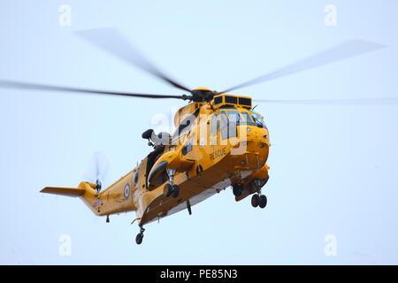 Un hélicoptère Sea King sur un exercice d'entraînement en Filey, Yorkshire du Nord. Banque D'Images