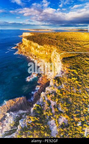 Des falaises escarpées du pacifique sur la côte de North Head, face à Sydney - aerial view à partir du bord de l'horizon jusqu'à la falaise, le ciel et la ville de la CDB.