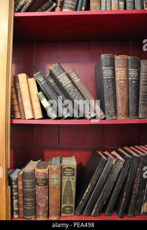Vintage étagère pleine de livres de cru à des objets d'architecture à Chicago, Illinois. Banque D'Images